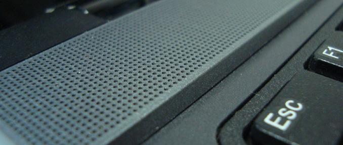 Áudio discreto acima do teclado