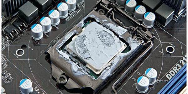 Excesso de pasta térmica acaba vazando e danifica outros componentes.