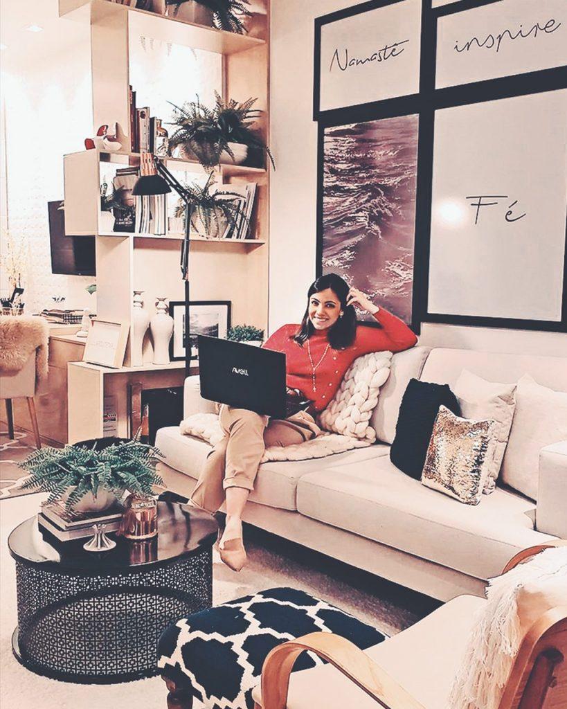 Mulher sentada, segurando seu Notebook Avell